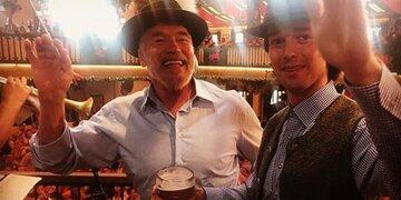 Oktoberfest: Arnie dirigiert, Sohn Patrick trinkt