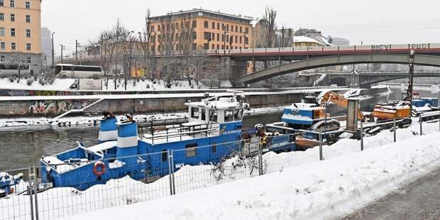 Arbeiter stürzt in Donaukanal