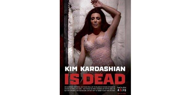 Kim Kardashian liegt im Sarg