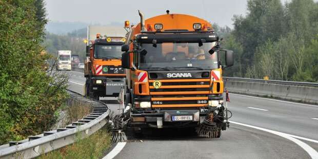 Hitze: Asfinag kühlt Autobahn mit Tanklastern