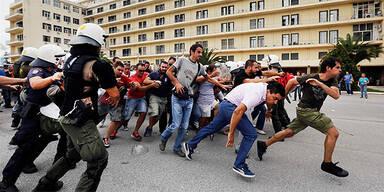 Arbeiter stürmen Verteidigungs-Ministerium