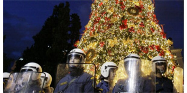 Weihnachtsbaum in Athen mit Müll beworfen