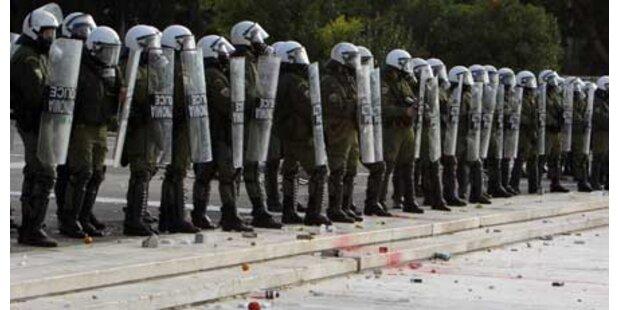 Demonstranten stürmen Polizeiwachen