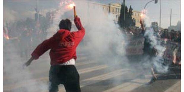 Autonome attackieren Banken in Athen