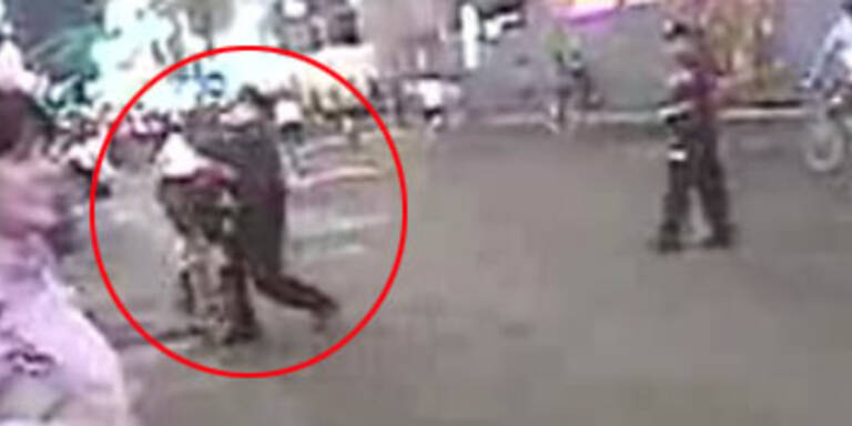 Cop bei Brutal-Attacke auf Radler gefilmt