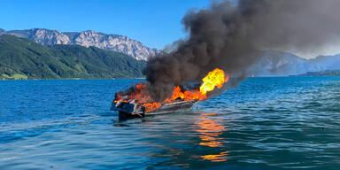 Flammen-Drama am Attersee: Motorboot in Brand