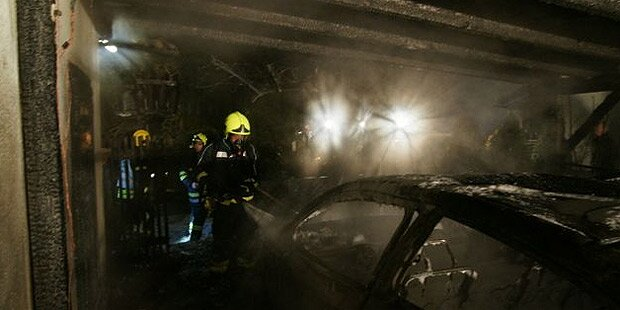 Autos brennen in Carport aus