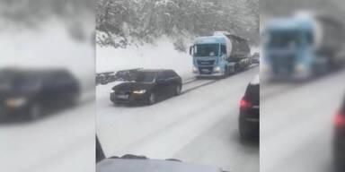 Audi-Fahrer schleppt Tanklaster verschneiten Berg hoch