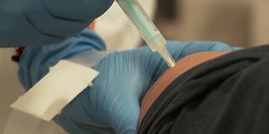 Impfung in den Oberarm