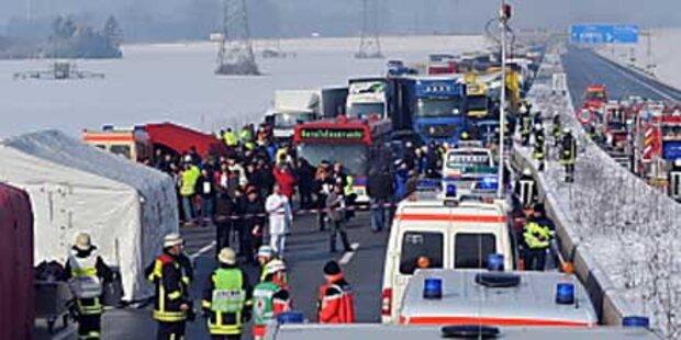 Karambolage mit 35 Lkw und 171 Autos
