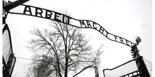 Schriftzug wieder in Auschwitz