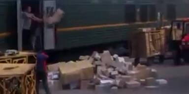 Dreist: Verlader wirft Pakete aus Zug