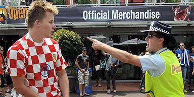 Ein kroatischer Fan wird der Anlage verwiesen; (c) AFP