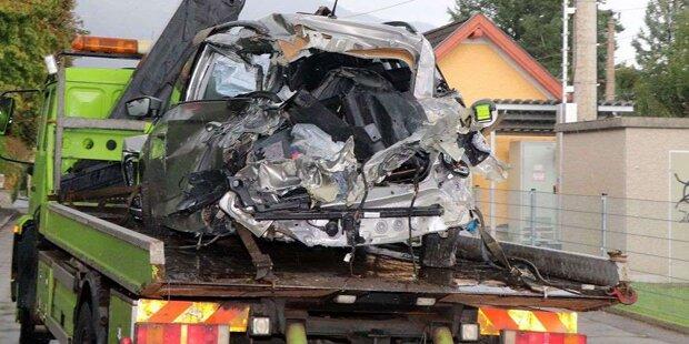 Rotlicht übersehen: Güterzug erfasst Auto