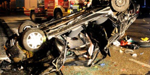 Auto stürzt von Brücke: Beifahrer tot