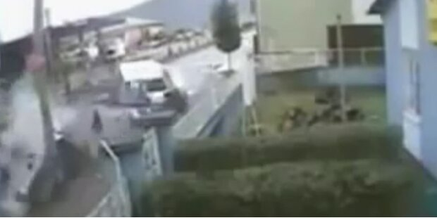 Auto bricht in 2 Teile: Insassen überleben