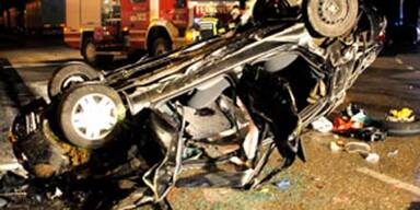 Auto stürzt bei Amstetten von Brücke