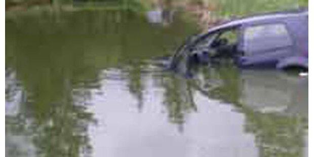 Frau versenkte Wagen in Fischteich