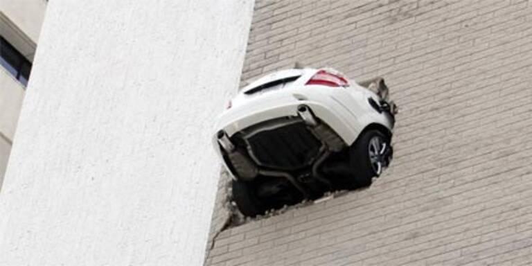 Auto hängt in 20 Metern Höhe aus Parkhaus