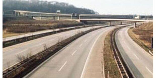 Kinder warfen Steine auf Autobahn