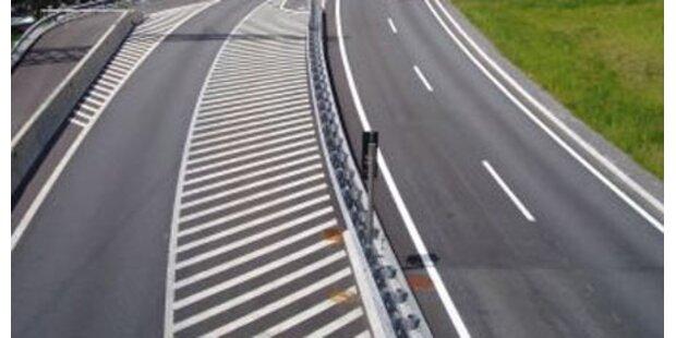 Schwefelsäure auf Ostautobahn ausgeflossen