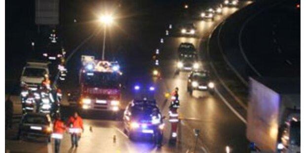 Pkw-Lenker auf A22 von nachkommendem Auto gerammt