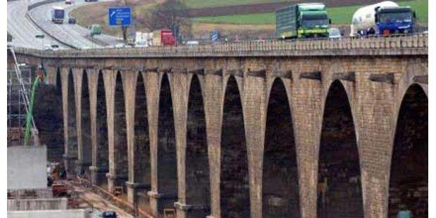 Arbeiter stürzt von Brücke in den Tod