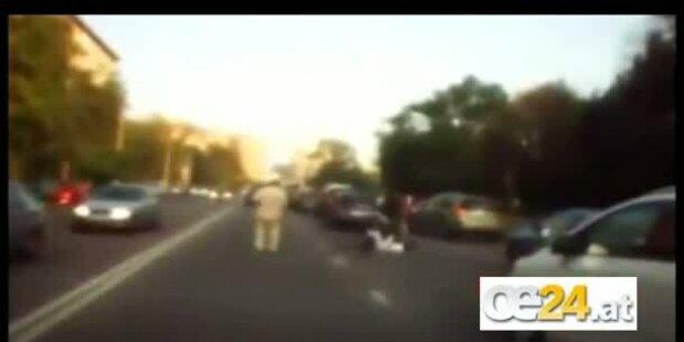 Wütender Autolenker attackiert Rollerfahrer