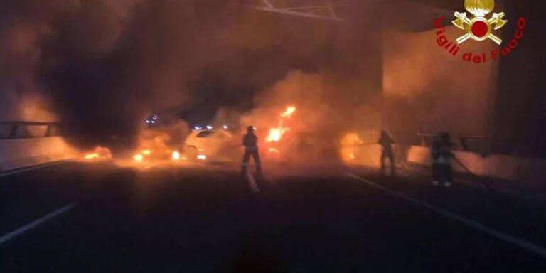 Acht brennende Autos sollten Geldtransporter stoppen