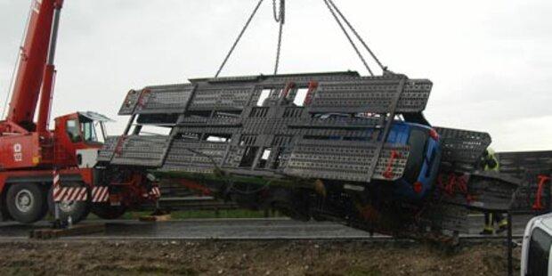 Spektakulär: 34-Tonner kippte von Fahrbahn