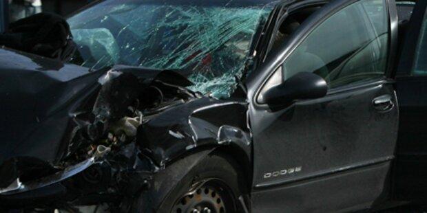 Zwei Autofahrer bei Kollision verletzt