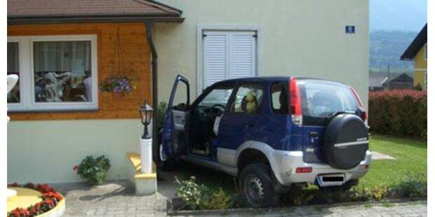 Amok-Auto raste durch Garten