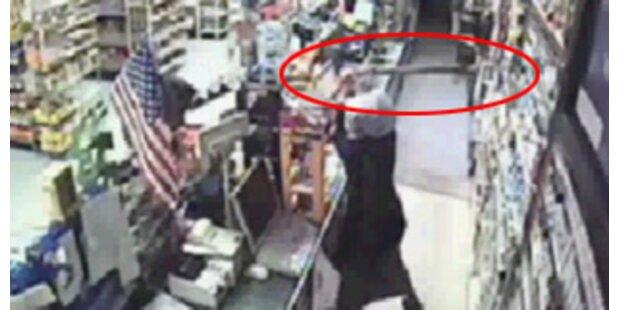 Verkäuferin schlägt Dieb mit Axt in die Flucht