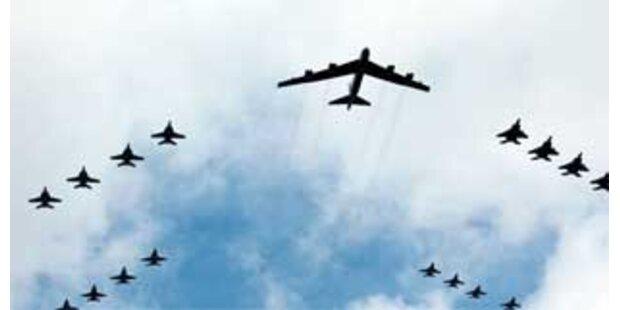 B-52 überfliegt mit echten Atombomben die USA