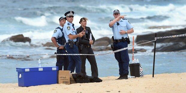 Buben gruben totes Baby am Strand aus