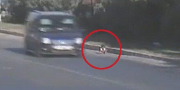 Baby krabbelt auf türkischer Autobahn