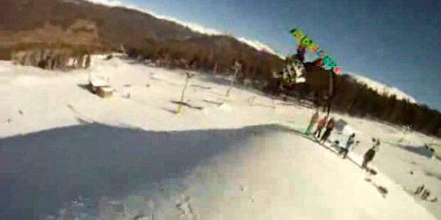 Snowboarder steht 3- fachen Rückwärtssalto