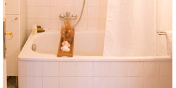 Kind steckt Finger in Abfluss-Badezimmer zerstört