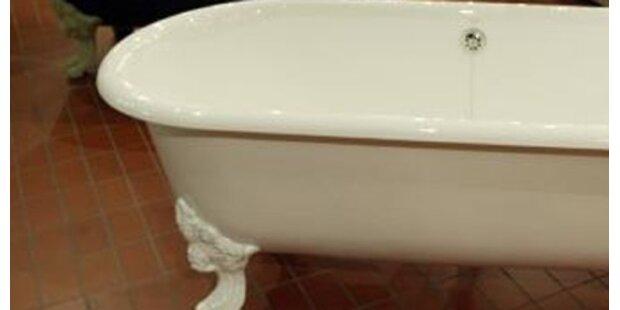 Frau von Fremdem in Badewanne überrascht