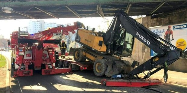 Wien: Auf Lkw geladener Bagger blieb bei Brücke hängen