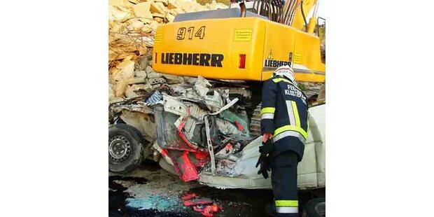 26 Tonnen-Bagger überrollte Kleinbus