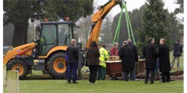 Übergewichtiger Brite mit Bagger ins Grab gehoben