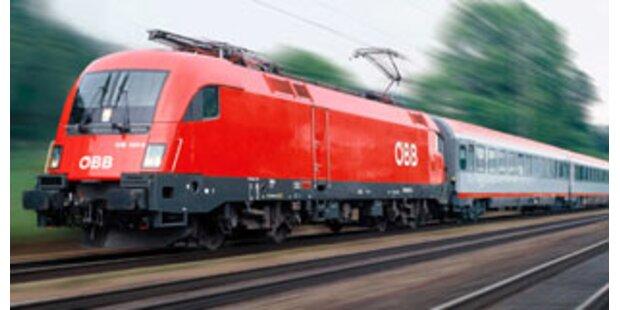 Zug mit 100 Fahrgästen prallt gegen Baum
