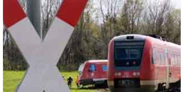 Pkw von Zug erfasst - Frau verletzt