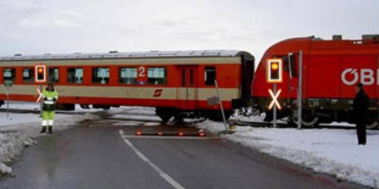 Auto wurde von Zug mitgeschleift - Lenker getötet
