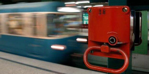 Mann stürzt aus U-Bahn bei voller Fahrt zu Tode