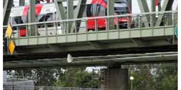 Zwei Männer von Bahnbrücke abgestürzt
