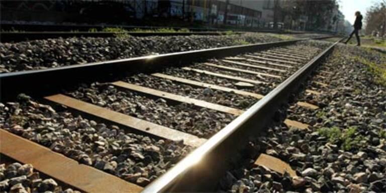 PKW von Zug gerammt - Lenker tot