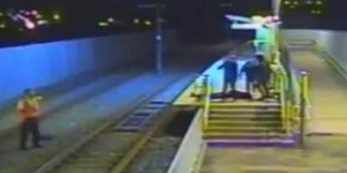 Bahnsteig: Teenie-Gang tritt 100x auf Mann ein