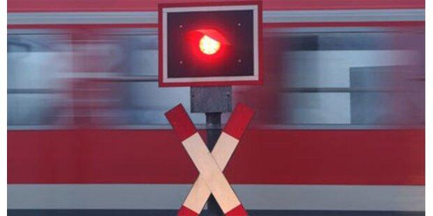 Mit Auto gegen Zug gekracht - 20-Jährige tot
